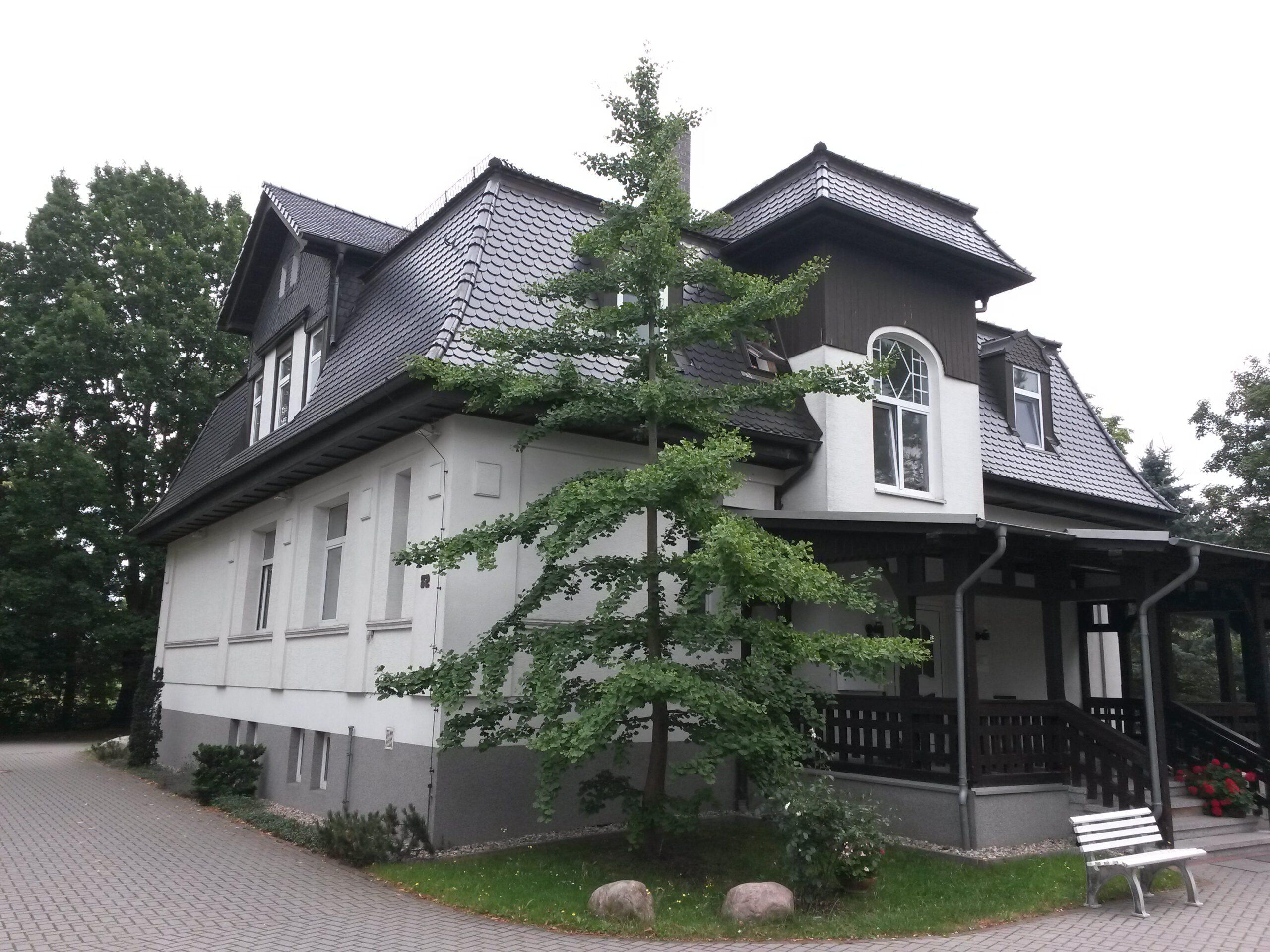 Sie wollten schon immer mal in einer Villa wohnen und suchen eine 2-R-Wohnung? Hier ist Ihre neue Wohnung!!